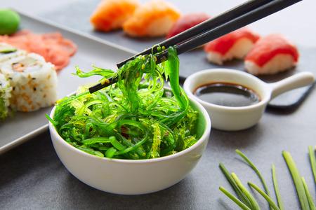 Sushi Maki et Niguiri Californie rouleau avec la sauce de soja algues chuka de salade et wasabi Banque d'images