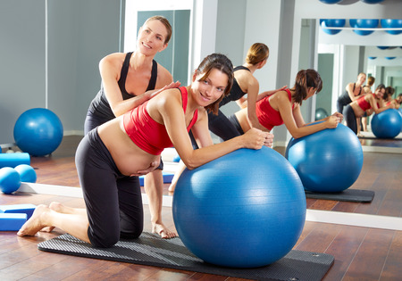 Femme enceinte pilates fitball séance d'entraînement d'exercice à la salle de sport avec un entraîneur personnel Banque d'images - 44274490