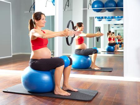 Femme enceinte pilates anneau exercice de magie avec fitball Banque d'images - 44274401