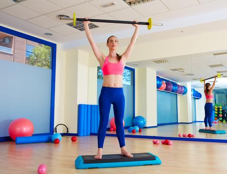 pesas: Mujer de la gimnasia ejercicio barra de ejercicios en el gimnasio de interior