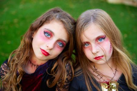 maquillage: Halloween maquillage enfant filles s?urs des yeux bleus dans ext�rieure pelouse de jardin