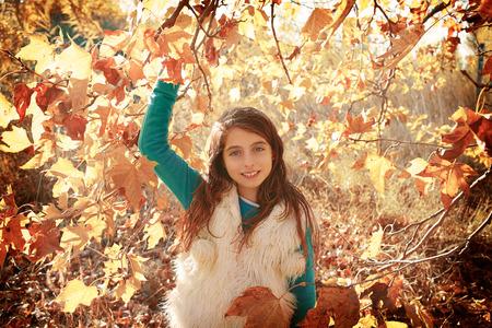 niñas jugando: Chico otoño chica relajada en el bosque de otoño con hojas