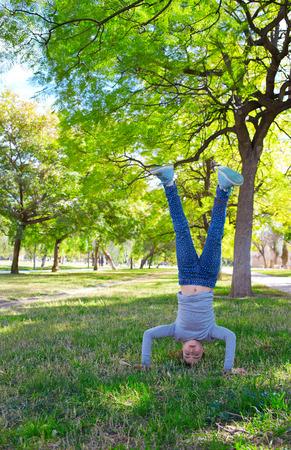 cabeza abajo: Kid niña pino al revés en el parque en el río de Valencia