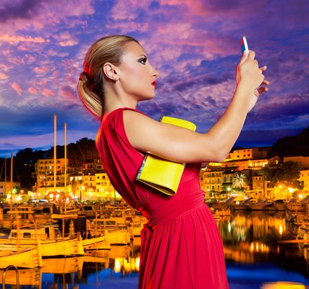 mujer bonita: Rubio Turista de la chica de la foto autofoto en Soller Mallorca puerto photomount la puesta del sol Foto de archivo