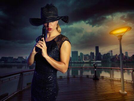 fille sexy: Jeune fille blonde sexy avec des armes de poing pistolet style gangster à New York PhotoMount