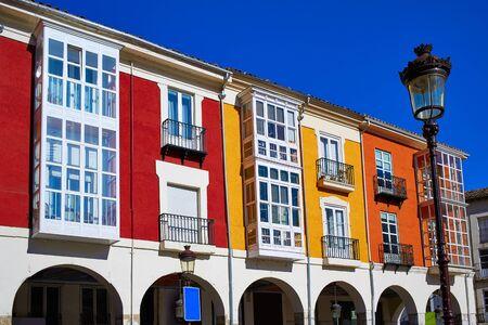 case colorate: via Santander a Burgos portici facciate in Castilla Leon di Spagna