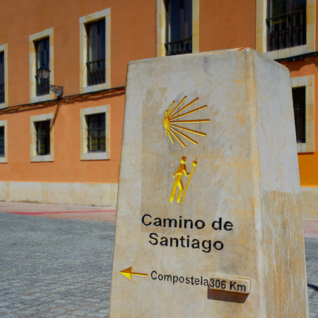 km: Way of Saint James stone sign in Leon 306 km to Santiago Stock Photo
