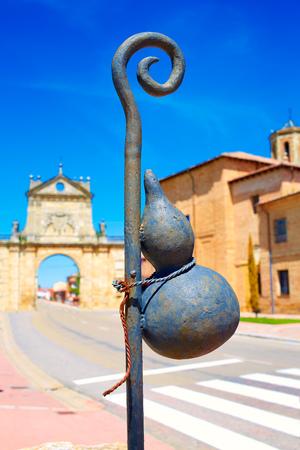 religion catolica: Sahagún centro medio del Camino de Santiago San Benito arco en León España