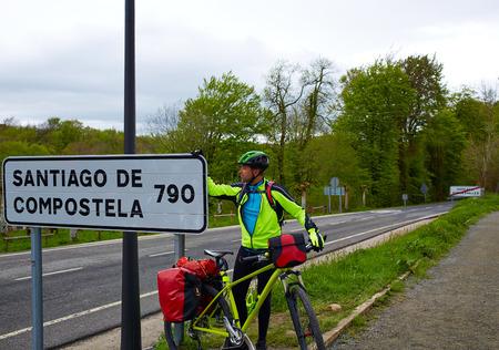 Roncesvalles comienzan del Camino de Santiago en bicicleta Sain señal de 790 km a Santiago photo