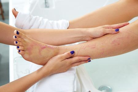 pedicura: masaje en los pies mujer pedicure pierna en salón de belleza en el sofá silla Foto de archivo