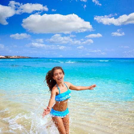 niños felices: Niña en la playa en Fuerteventura Islas Canarias de España