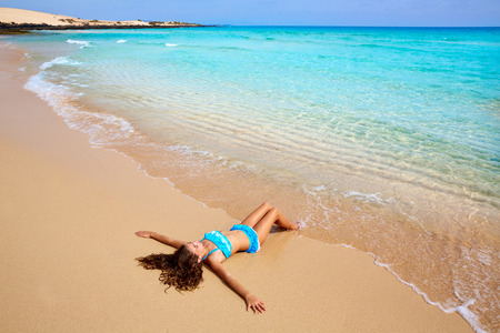 Meisje op het strand Fuerteventura op de Canarische Eilanden van Spanje Stockfoto