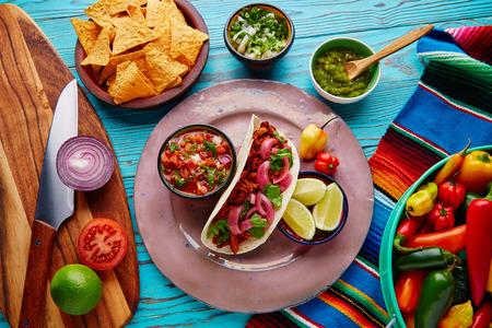 코코 니타 Pibil 피코 드 gallo 레몬과 칠리와 멕시코 음식 스톡 콘텐츠 - 51858093