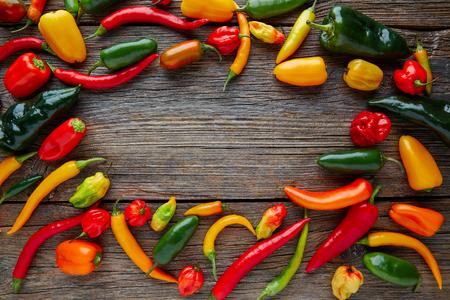 chiles picantes: los pimientos picantes mexicanas mezcla colorida jalapeño habanero poblano serrano en la madera