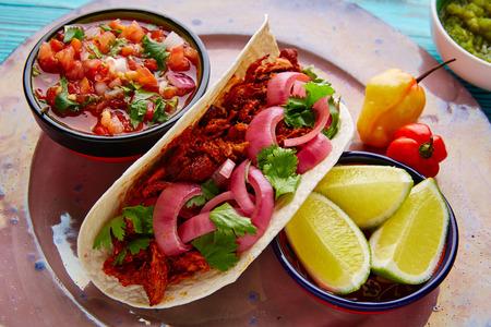 Cochinita Pibil mexikanisches Essen mit pico de gallo Zitrone und Chili