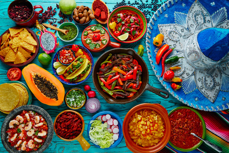 comida: Mexicano mistura de alimentos fundo colorido México e sombrero Imagens