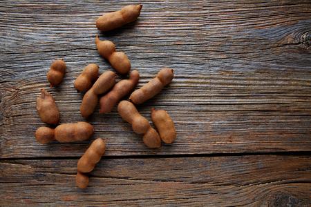 tamarindo: Tamarindo frutos maduros de tamarindo en el fondo de madera marrón utiliza para el caramelo