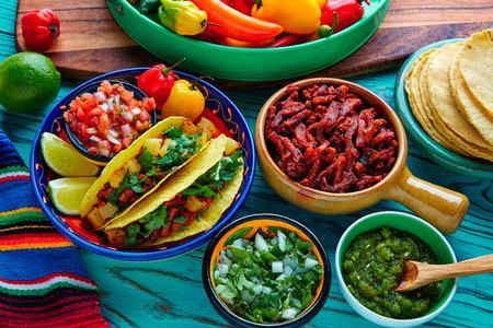Tacos al pastor mexicano con la piña cilantro y chile Foto de archivo