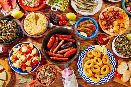 calamares: Tapas de España variada mezcla de comida mediterránea tapa más popular