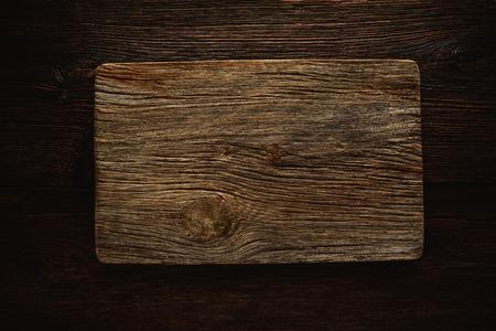 Aged planche à découper en bois comme un fond de copyspace pour tout message à thème