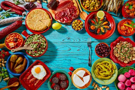 Tapas de espagne mélange de la plupart des recettes populaires de la cuisine méditerranéenne
