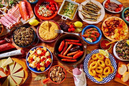 스페인에서 가장 인기있는 타파 지중해 음식의 다양한 타파스