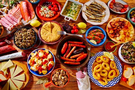 Tapas de espagne mélange varié de tapa le plus populaire plat méditerranéen Banque d'images