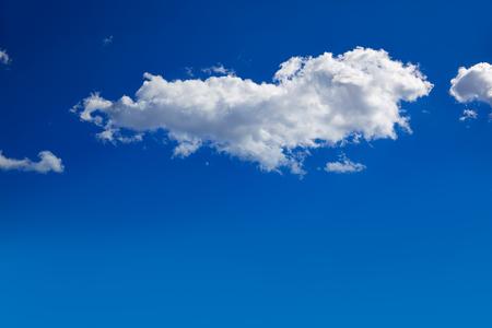 Blauwe lucht met wolken in een zonnige zomerdag Stockfoto