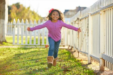 niñas jugando: niño pequeño niño, niña, juego corriendo en el parque al aire libre de la etnia latina