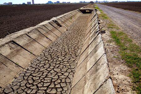 Gedroogde irrigatiesloot kleigrond in Albufera rijstvelden van Valencia