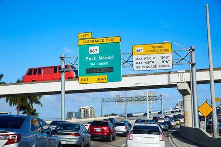 交通: 米国フロリダ州のマイアミビーチ マイアミ ダウンタウン トラフィック