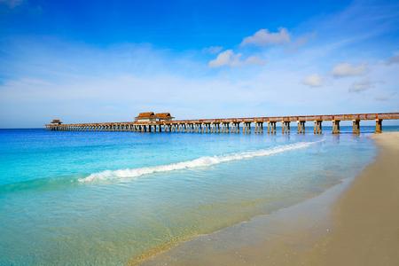Naples Pier y la playa en un día soleado de Florida EE.UU.