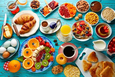 Ontbijtbuffet gezonde vruchtensap fruit continentale koffie sinaasappelsalade croissant Stockfoto