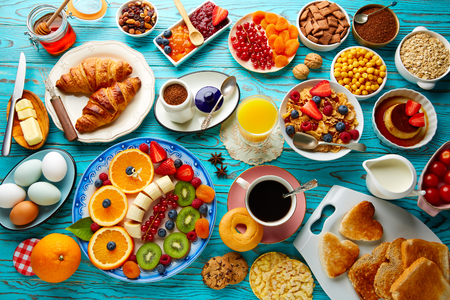 Snídaně formou bufetu zdravá kontinentální káva pomerančový džus ovocný salát croissant