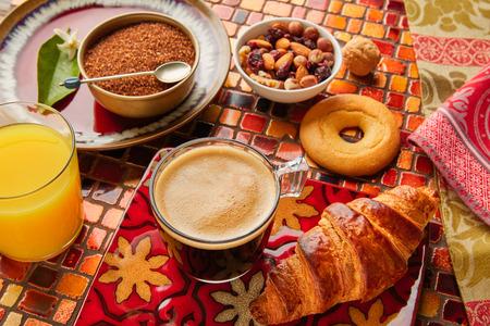 El desayuno continental con café croissant y jugo de naranja Foto de archivo