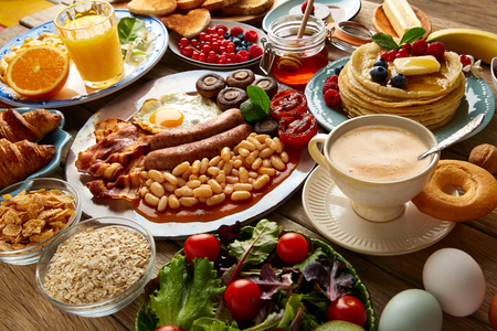 Frühstücksbuffet kontinentales und Englisch Kaffee Orangensaft Salat Croissant Obst Standard-Bild - 65705172