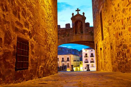 arco de Cáceres Arco de la Estrella de la estrella en España la entrada a la ciudad monumental Foto de archivo