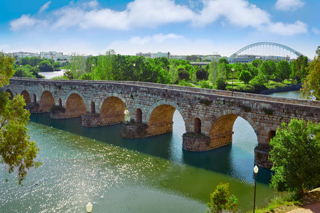 エストレマドゥーラ州バダホスのグアディアナ川にかかる橋をローマ スペインのメリダ 写真素材