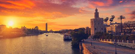 Sevilla zonsonderganghorizon Torre del Oro in Sevilla Andalusië Spanje
