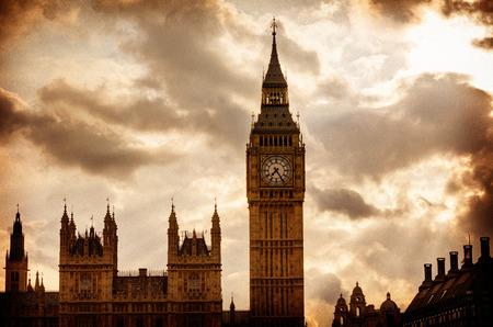 ロンドン ドラマチックな夕焼けイギリスで大きなベン時計塔 写真素材
