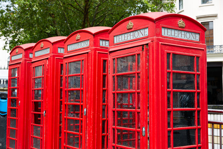 cabina telefonica: London old red Telephone boxes in a row at England
