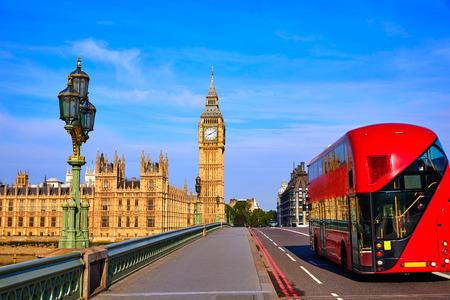 ロンドンビッグベンの時計塔とイギリスでロンドンのバス