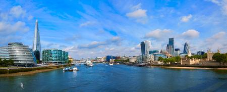 テムズ川のロンドンのスカイライン市庁舎と夕日と金融