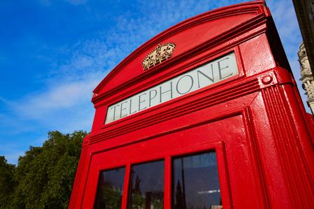 cabina telefonica: Cabina de teléfonos roja de Londres de edad en Inglaterra Foto de archivo