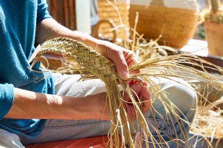 Esparto halfah Gras Handwerk Handwerker Hände arbeiten Standard-Bild