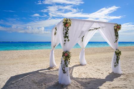 Caraïbische huwelijksgazebo op het strand van Riviera Maya van Mexico