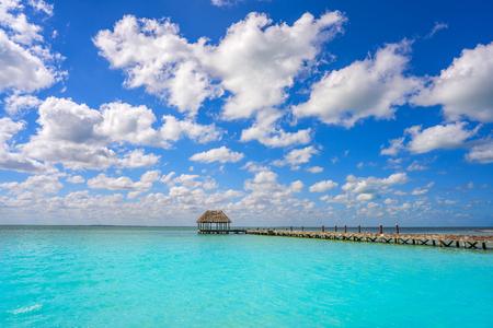 メキシコのキンタナ ・ ローのホルボックス島ビーチの木製桟橋小屋