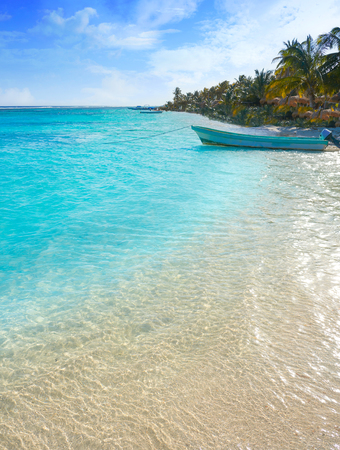 Mahahual Caribbean beach en Costa Maya de México Maya Foto de archivo - 88625925