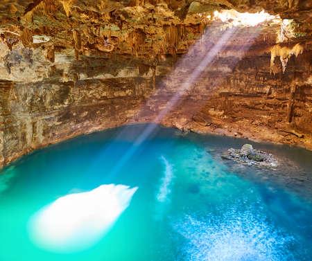 Haz de luz de sumidero Cenote Samula cerca de Valladolid en Yucatán México