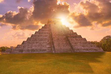 Chichen Itza Pyramid sunrise El Templo Kukulcan temple in Mexico Yucatan Banque d'images